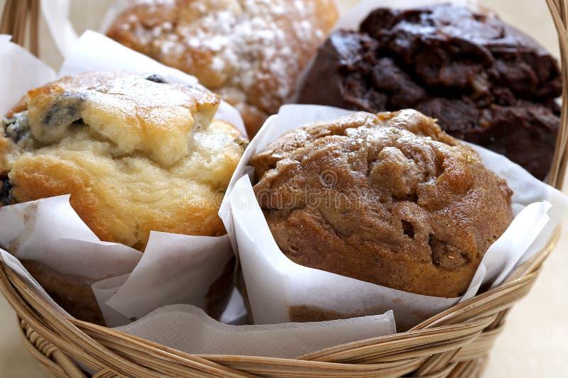 Frische gebackene Muffins im Korb stockfotos