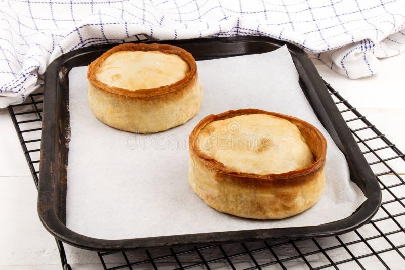 Frische gebackene schottische Torte mit weißem Backpapier auf einem Schutzträgerbehälter stockfotos