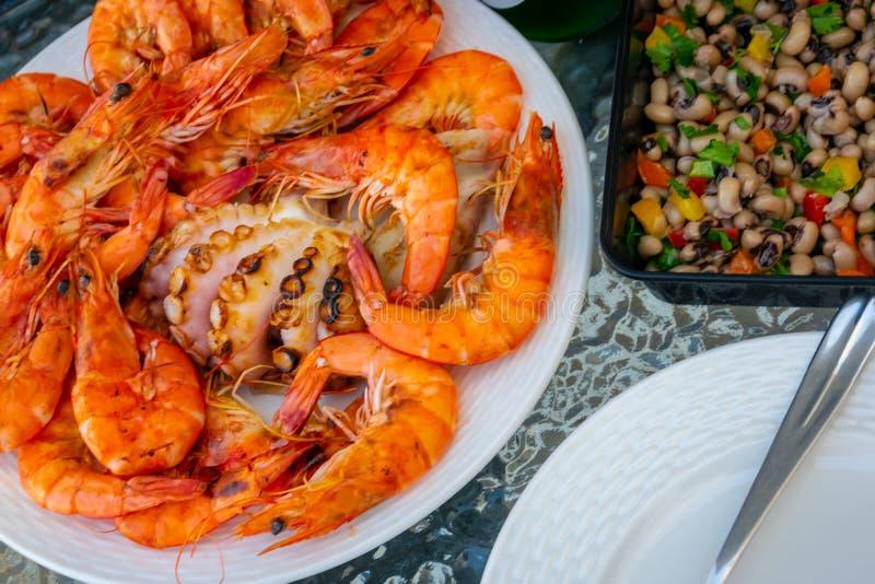 Frische gegrillte Garnelen, Krake auf dem Teller und Bohnensalat lizenzfreies stockfoto