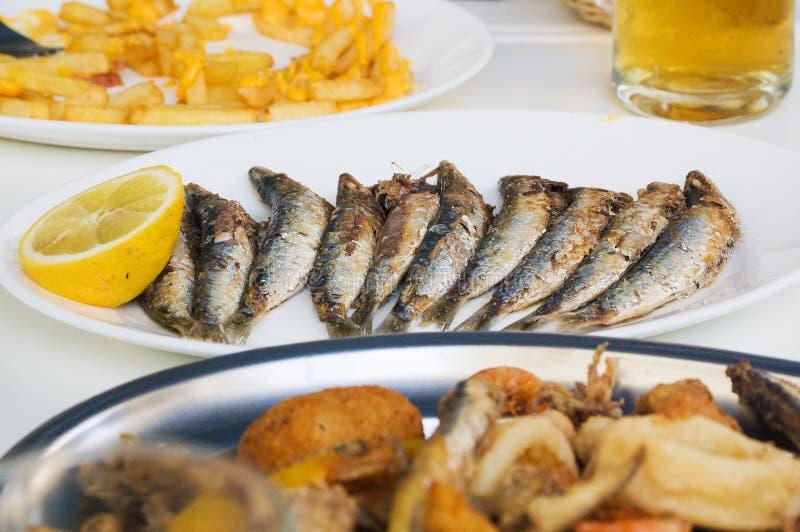 Frische gegrillte Sardinen mit Gemüse lizenzfreie stockbilder
