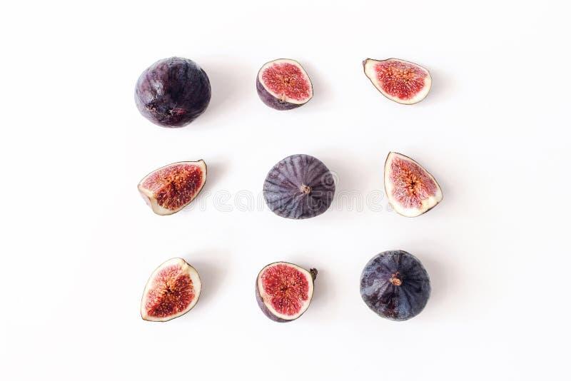 Frische gereifte purpurrote Feigen Kreative quadratische Zusammensetzung der ganzen und geschnittenen exotischen Frucht und auf w stockbilder