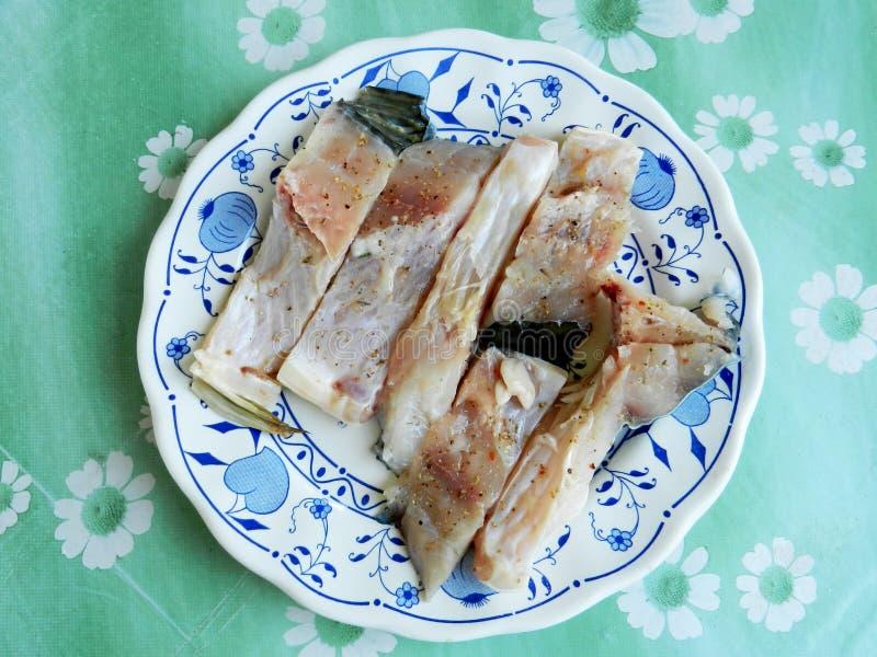 Frische geschnittene Fische gekocht in der Platte für weitere Vorbereitung stockfotos
