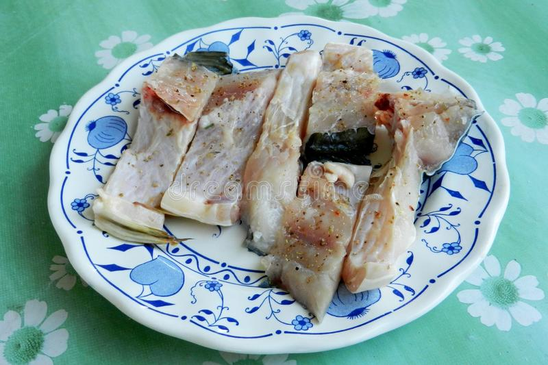 Frische geschnittene Fische gekocht in der Platte für weitere Vorbereitung stockbild