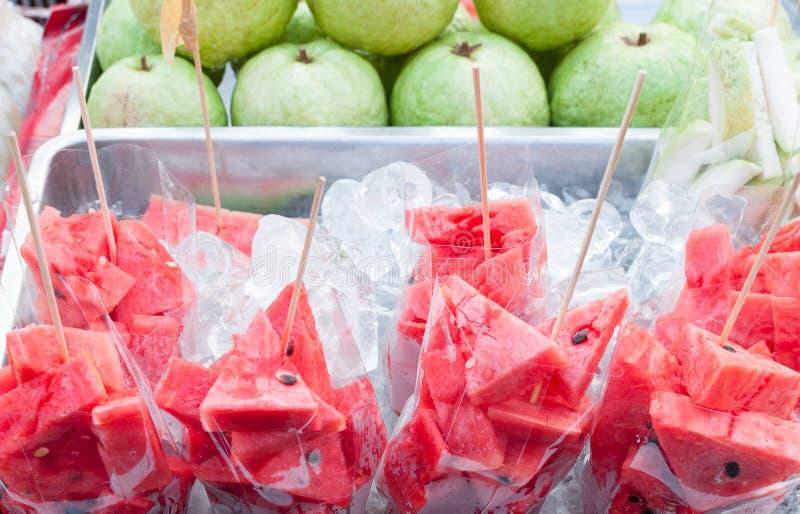 Frische geschnittene rote Wassermelone auf Eiskasten im Markt Thailand stockbilder
