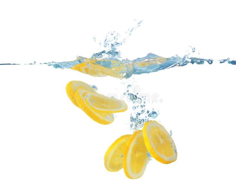 Frische geschnittene Zitrone im Wasser stockfotografie