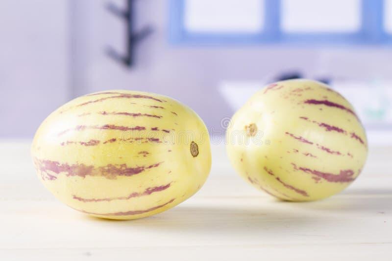 Frische gestreifte pepino Melone mit blauem Fenster lizenzfreie stockbilder