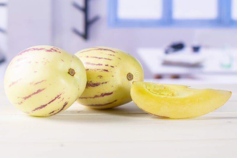 Frische gestreifte pepino Melone mit blauem Fenster stockfotografie