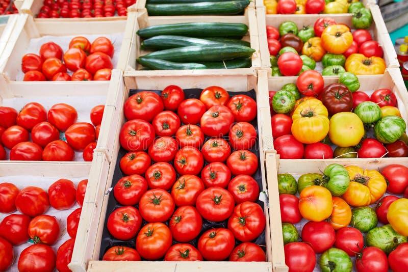 Frische gesunde Bioobst und gemüse auf Landwirtmarkt lizenzfreies stockfoto