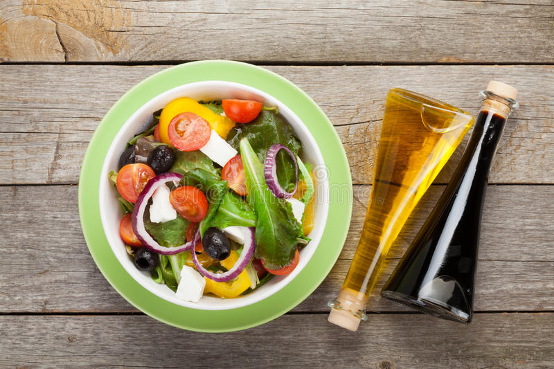 Frische gesunde griechische Salat- und Würzflaschen stockfotografie
