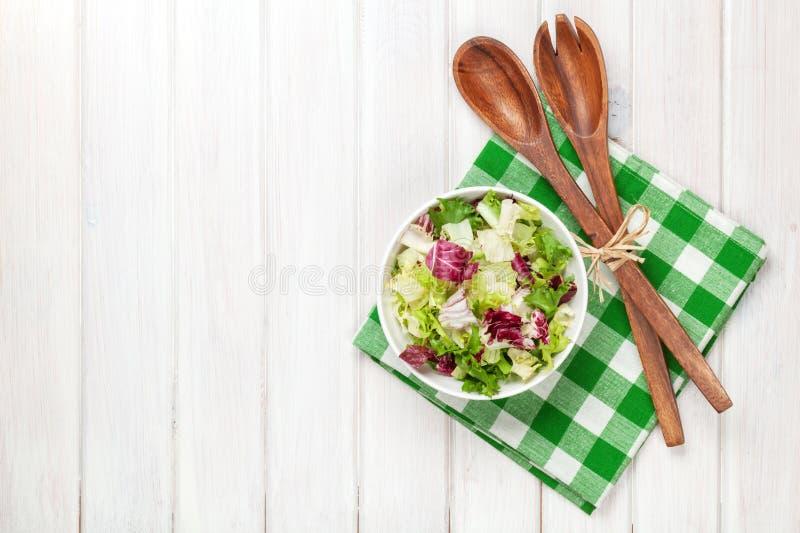 Frische gesunde Salat- und Küchengeräte lizenzfreie stockfotografie