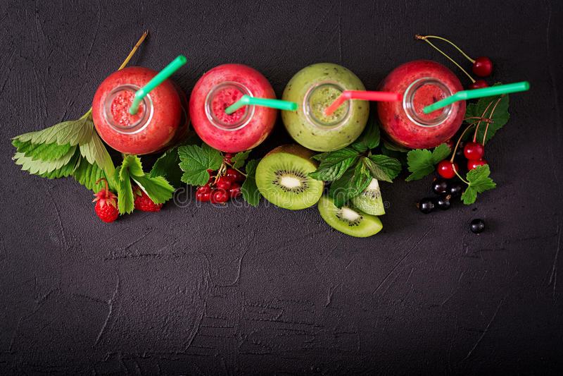 Frische gesunde Smoothies von den verschiedenen Beeren stockbild