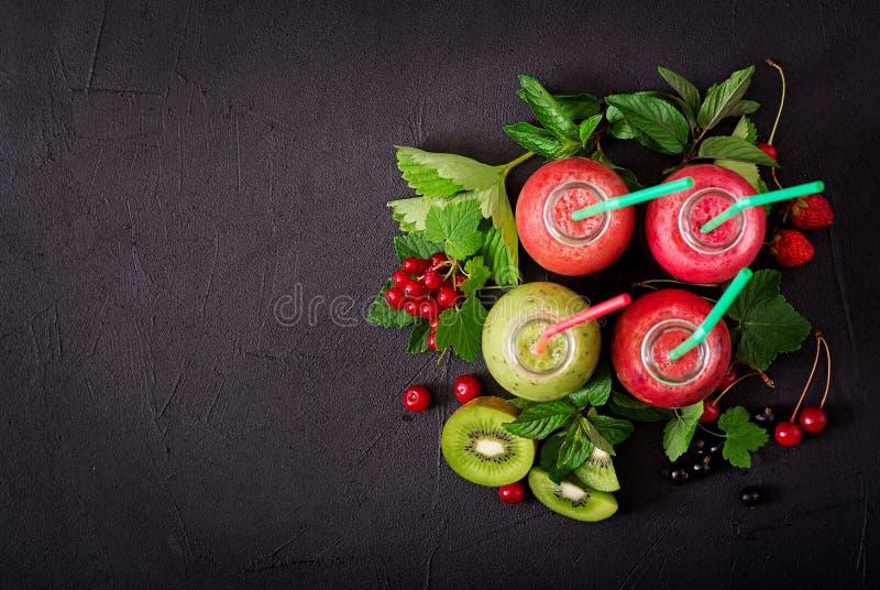 Frische gesunde Smoothies von den verschiedenen Beeren stockfoto