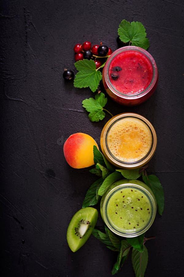 Frische gesunde Smoothies von den verschiedenen Beeren stockbilder