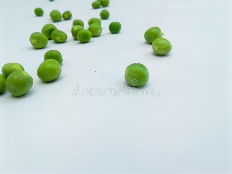 Frische grüne Erbsen getrennt auf einem weißen Hintergrund lizenzfreie stockfotos