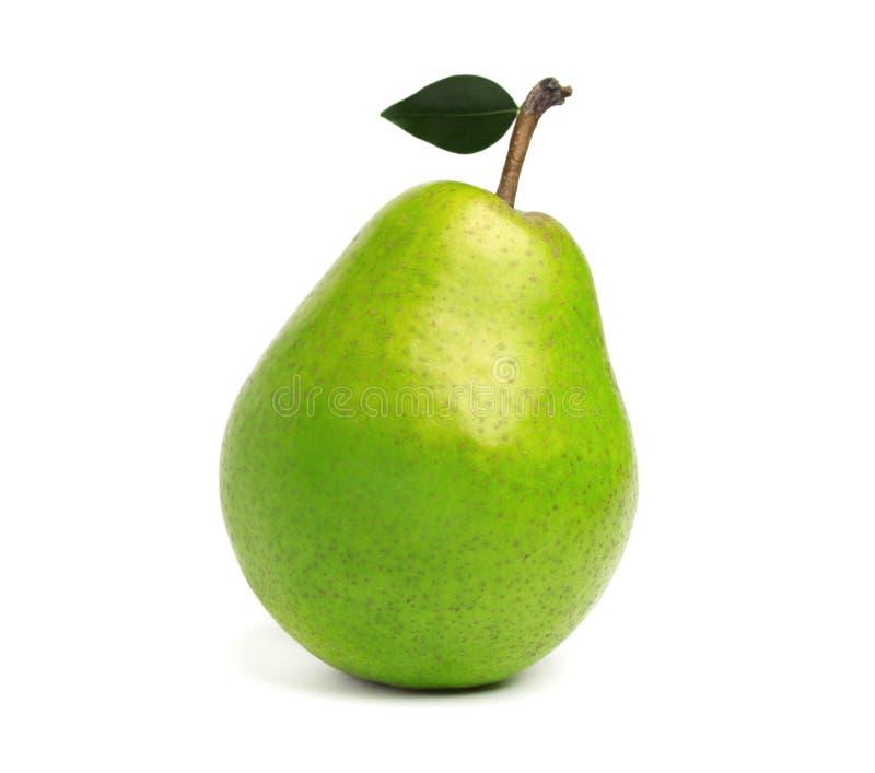 Frische grüne Birne mit dem Blatt, lokalisiert auf weißem Hintergrund lizenzfreie stockbilder