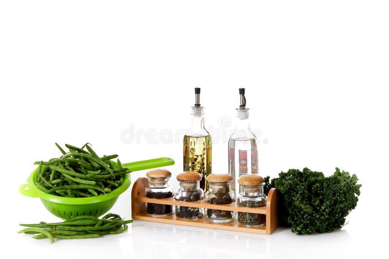 Frische grüne Bohnen und Kräuter, Essig und Schmieröl lizenzfreies stockfoto