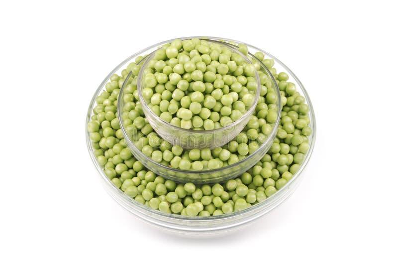 Frische grüne Erbsen in der Schüssel lokalisiert auf Weiß lizenzfreies stockfoto