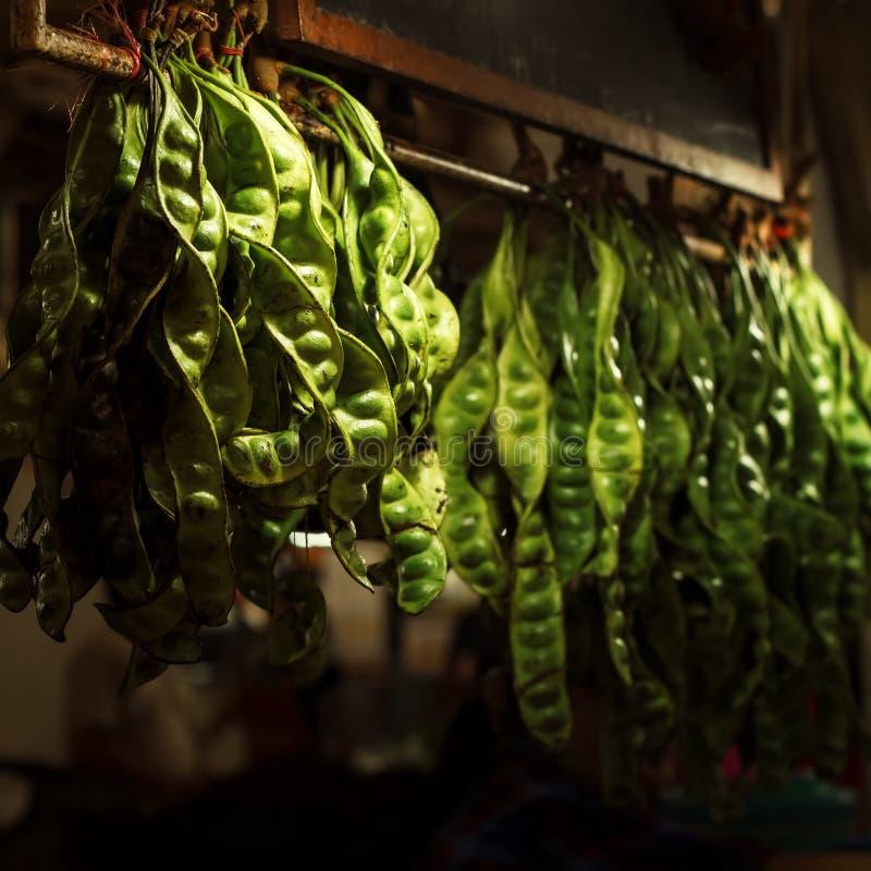Frische grüne Erbsen am Straßenmarkt- lizenzfreie stockfotos