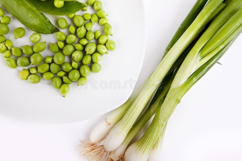 Frische grüne Erbsen und Frühlingszwiebel stockfoto