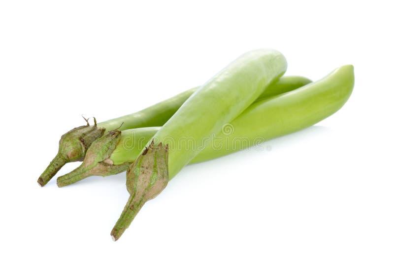 Frische grüne lange Aubergine auf weißem Hintergrund lizenzfreie stockbilder