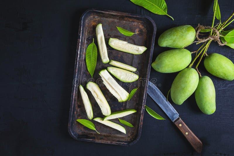 Frische grüne Mangofrucht schnitt auf einem Behälter lizenzfreies stockbild