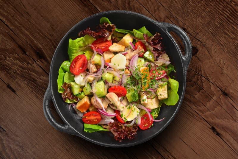 Frische grüne Salatpfanne isoliert auf Holzboden stockbilder