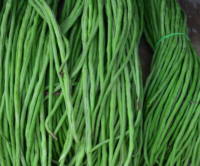 Frische grüne Stangenbohnen am ländlichen Markt lizenzfreies stockfoto