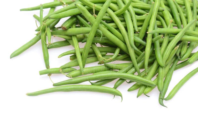 Frische grüne Stangenbohnen lokalisiert auf einem weißen Hintergrund lizenzfreie stockfotografie