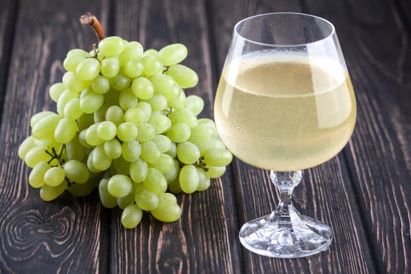 Frische grüne Trauben und Weinglas lizenzfreie stockfotos