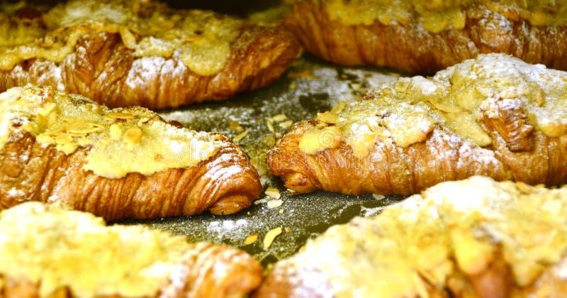 Frische Hörnchen mit Mandel in der Bäckerei lizenzfreie stockfotos
