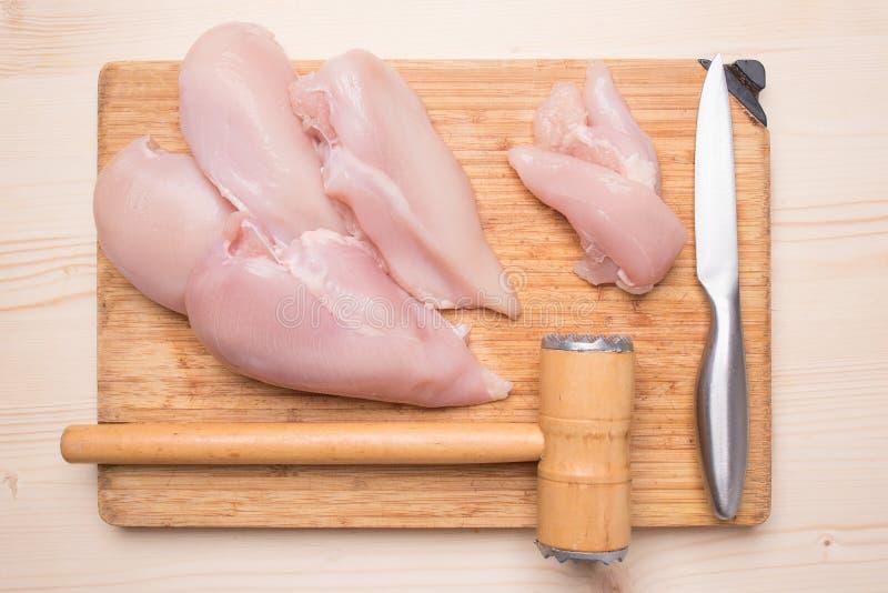 Frische Hühnerleiste, -messer und -hammer für schlagendes Fleisch stockfotografie
