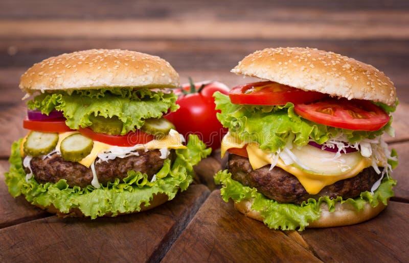 Frische Hamburger schließen auf dem Tisch oben lizenzfreie stockfotos