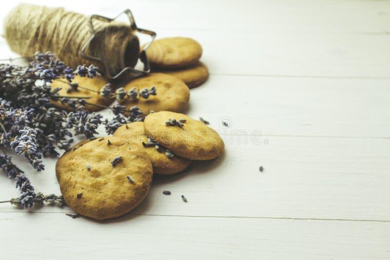 Frische, hausgemachte Lavendel-Cookies auf hellem Hintergrund lizenzfreie stockfotos
