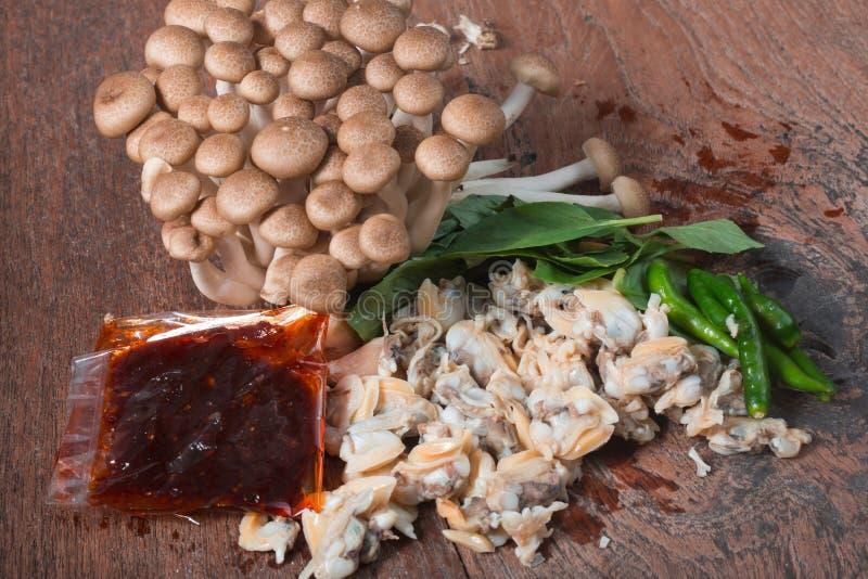 Frische Herzmuschel vom Meer von Thailand und von Shimichi vermehrt sich explosionsartig lizenzfreie stockfotos