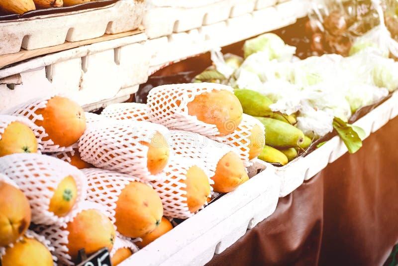 Frische Holland-Papaya Carica Papaya L auf Regalen am Freienspeicher oder -markt stockfoto