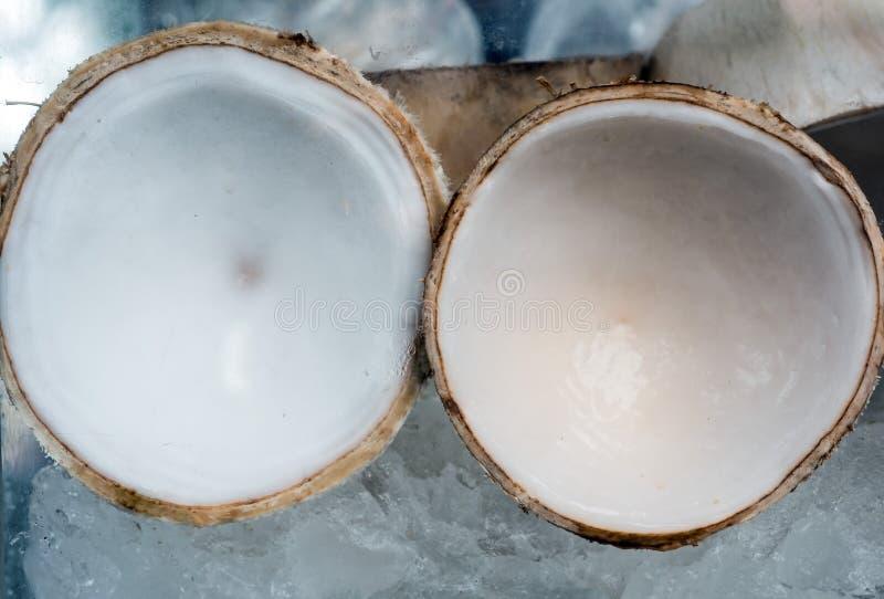 Frische junge Kokosnuss des Straßenlebensmittels auf Eis im Sommer stockbild