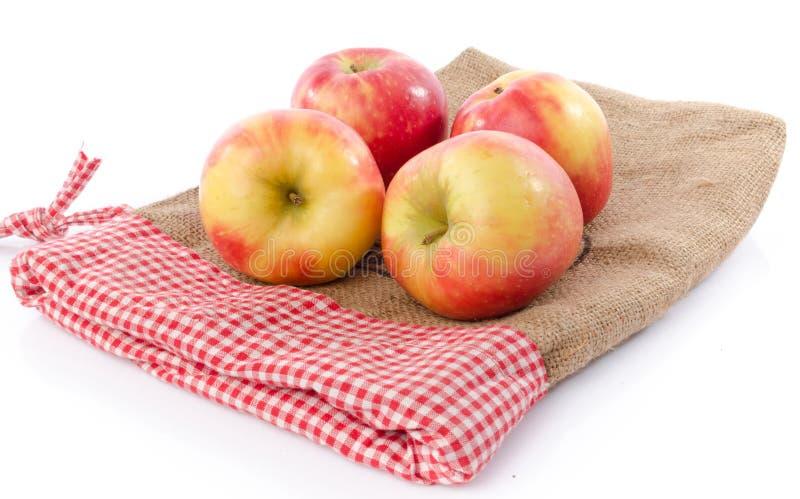 Frische königliche Galaäpfel auf einem Leinensack stockfotos