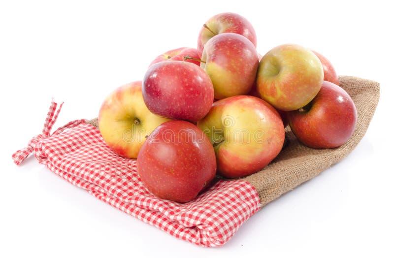 Frische königliche Galaäpfel auf einem Leinensack lizenzfreies stockfoto