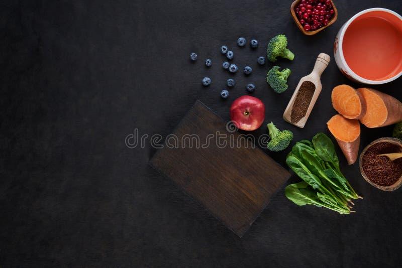 Frische köstliche Bestandteile für das gesunde Kochen auf rustikalem Hintergrund, Draufsicht, Nahrungsmittelkonzept lizenzfreies stockbild