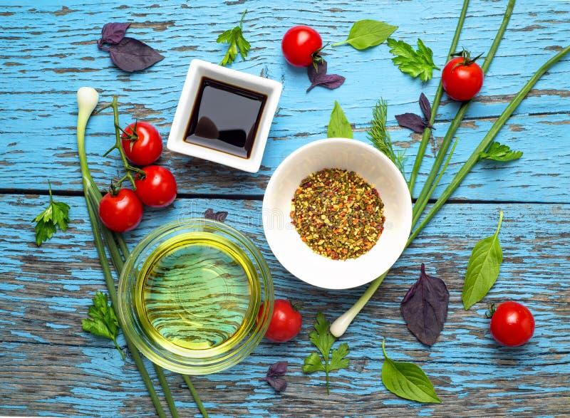 Frische köstliche Bestandteile für das gesunde Kochen oder Salat, der auf rustikalem Hintergrund, Draufsicht, Fahne macht lizenzfreies stockfoto