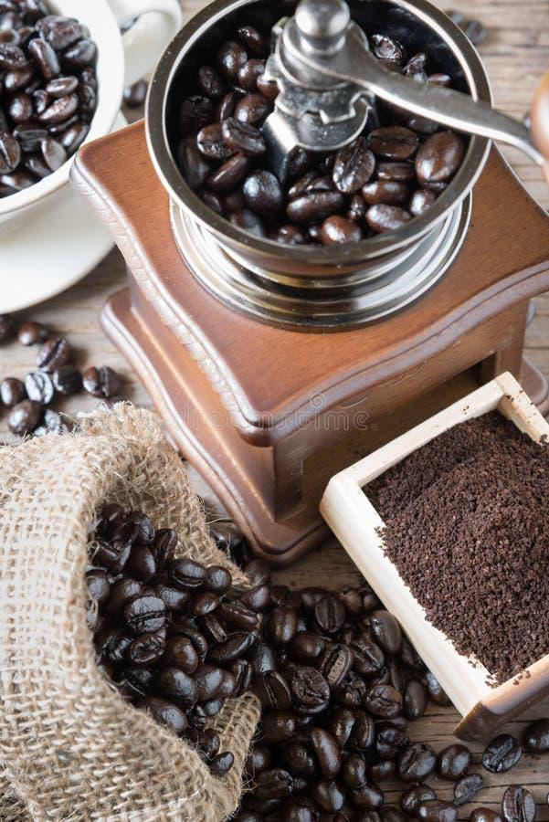 Frische Kaffeebohnen in der Tasche und im Schleifer lizenzfreies stockfoto