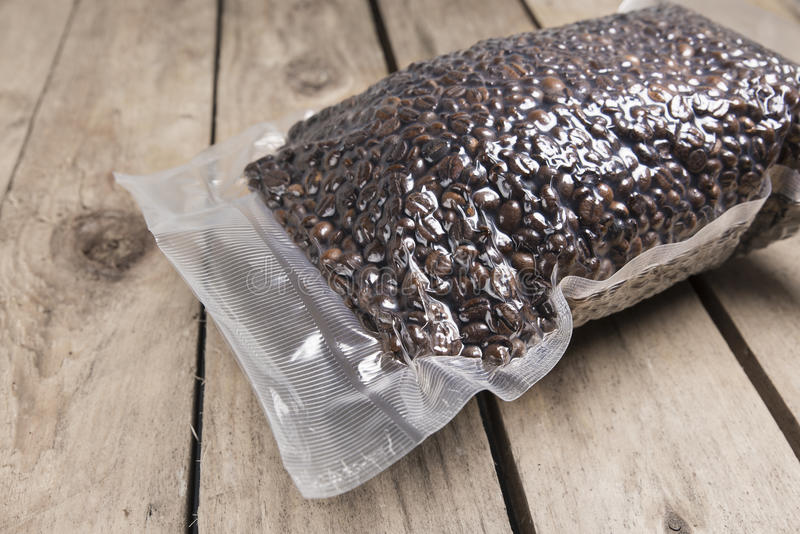 Frische Kaffeebohnen im Vakuum stockfoto