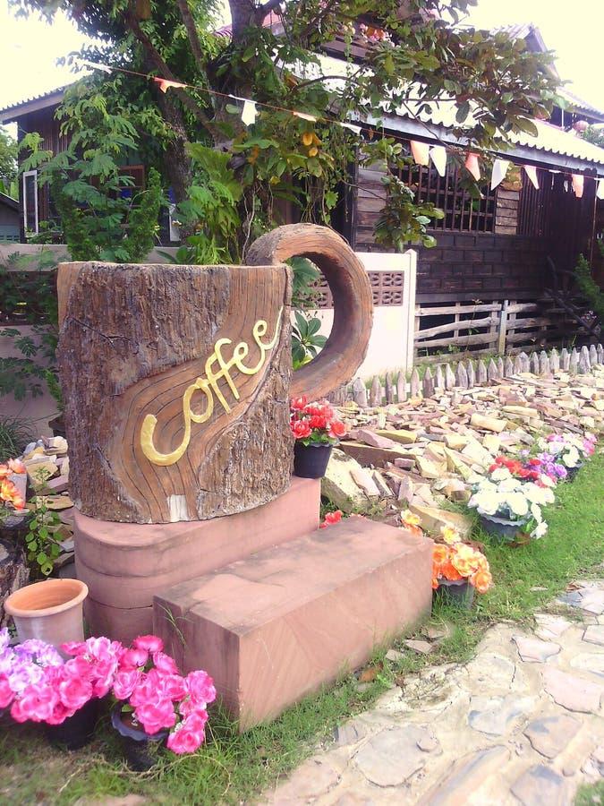 Frische Kaffeetassen und Kaffeebohnen herum stockfotografie