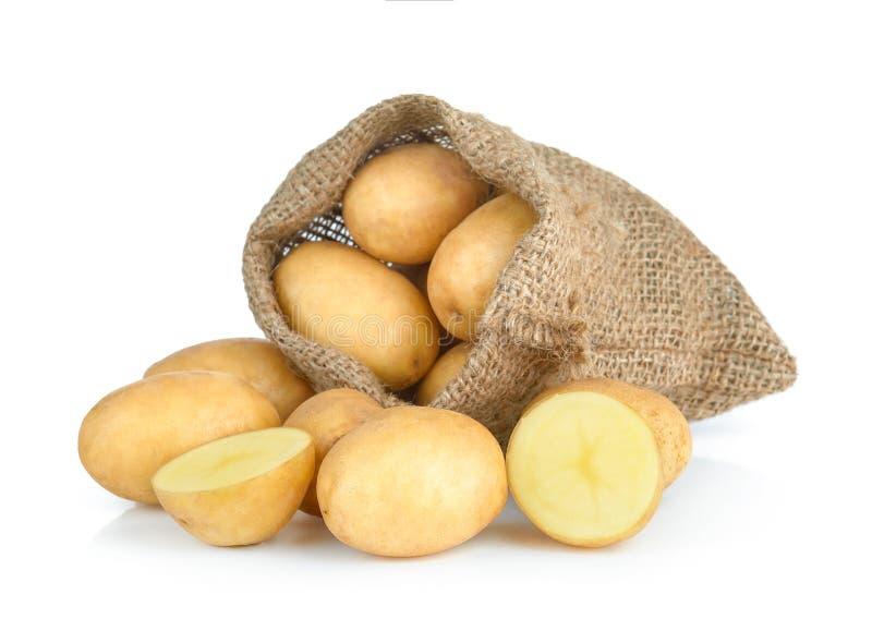 Frische Kartoffel im Sack lokalisiert auf weißem Hintergrund lizenzfreie stockfotografie