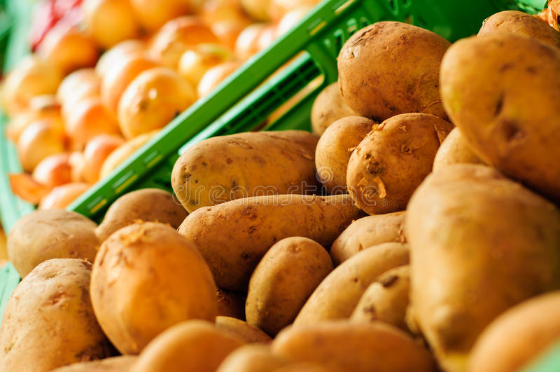 Frische Kartoffeln auf Obst-und Gemüsehändler stockbilder