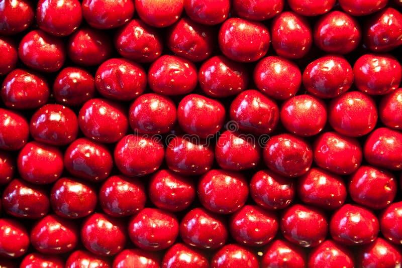Frische Kirschen werden in Muster geheftet stockbild