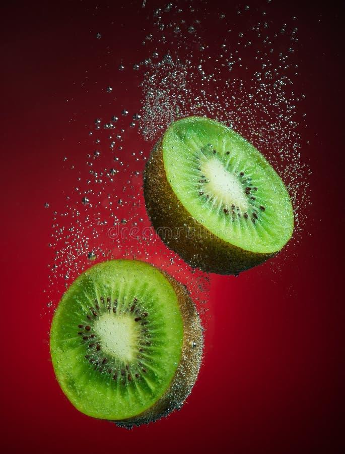 Frische Kiwi mit Blasen stockfotografie
