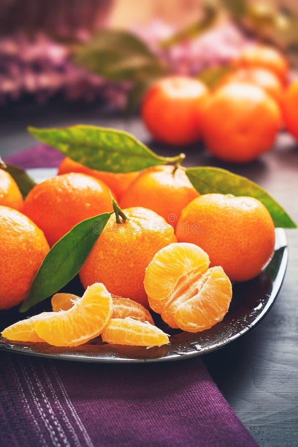Frische Klementinen mit Blättern stockbild