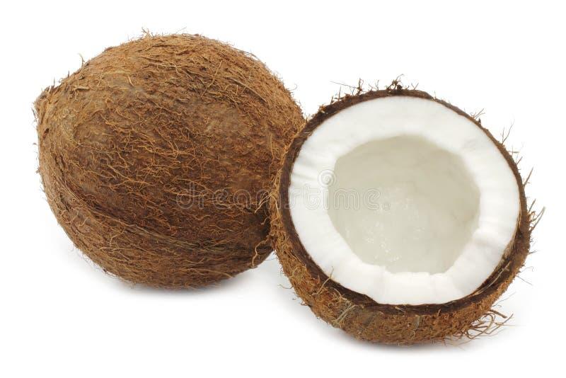 Frische Kokosnuss und ein Teil der Kokosnuss stockbilder