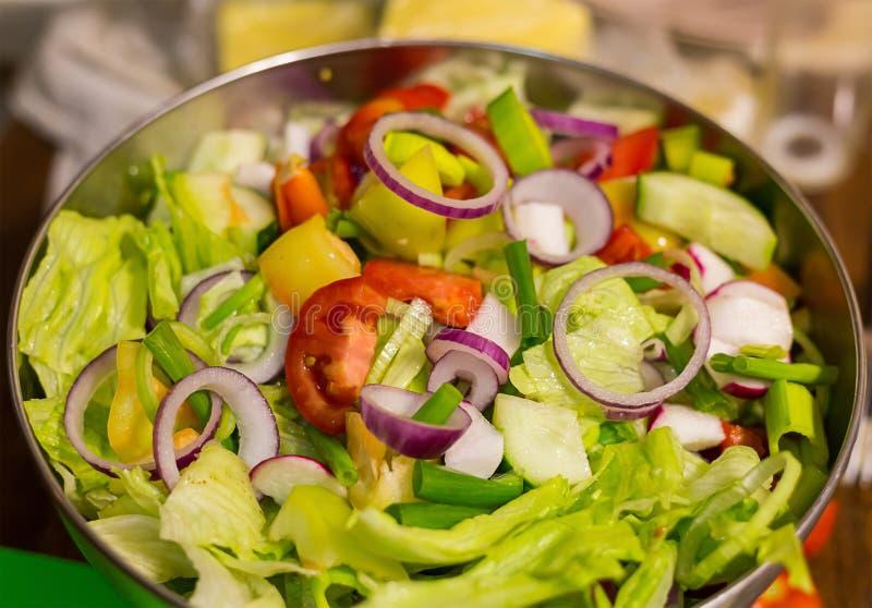 Frische Kopfsalattomaten der roten Zwiebel des Mittagessensalatringes in einem nützlichen Snack Metallder vollen Schüssel-Nahaufn lizenzfreies stockfoto
